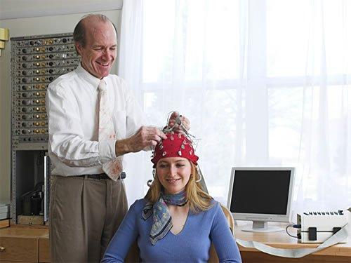 Dr. Fred Travis agykutató TM-gyakorlót vizsgál