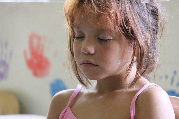 Transzcendentális Meditációt gyakorló kislány