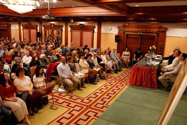340 fő gyakorolja a Transzcendentális Meditációt Budapesten 2015. április 18-án