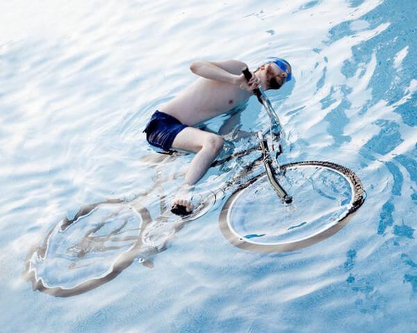 """""""Kaliforniában tilos az úszómedencékben kerékpározni"""" című kép Olivia munkái közül """"A törvénnyel harcolok"""" fotósorozat egyik darabja."""