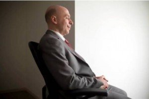 Transzcendentális Meditációt gyakorló, 60 év körüli úr - a TM-et kényelmes ülő helyzetben kell gyakorolni.